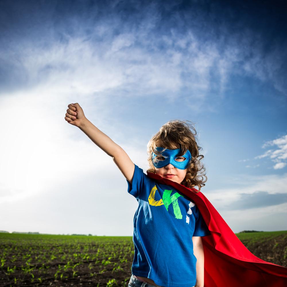 Junge in Superhelden Kostüm