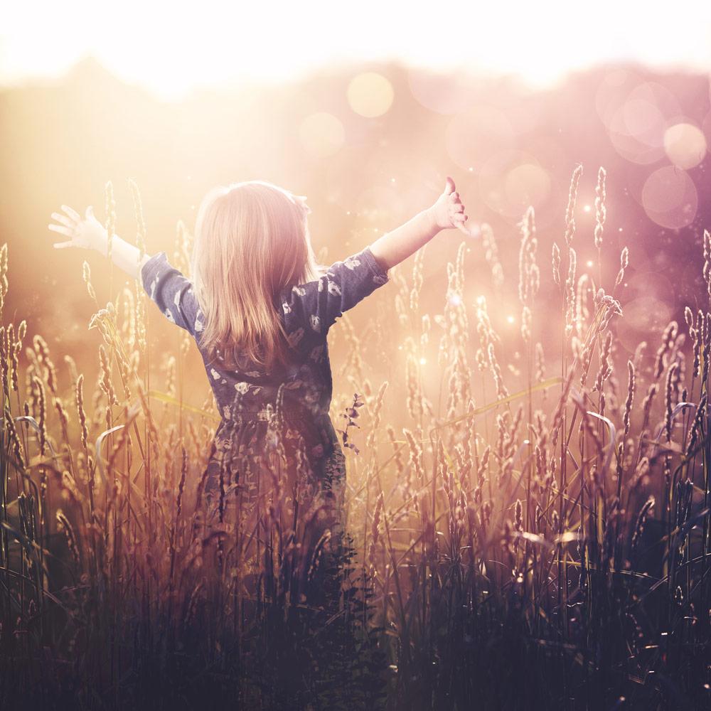 Mädchen im Sonneuntergang im Kornfeld